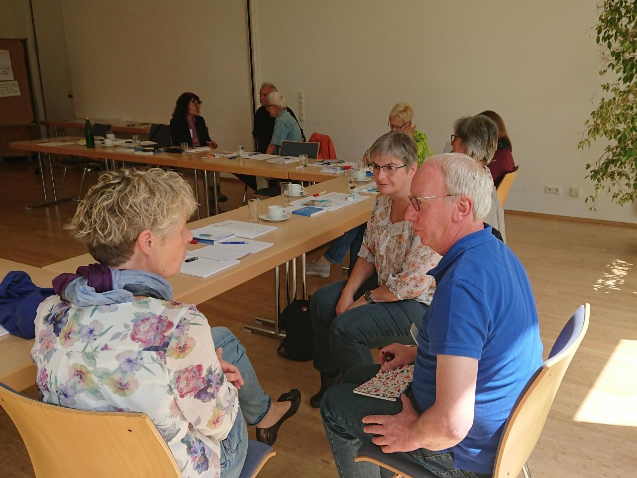 Teilnehmende des Schnuppertags in Altenkirchen im Gespräch