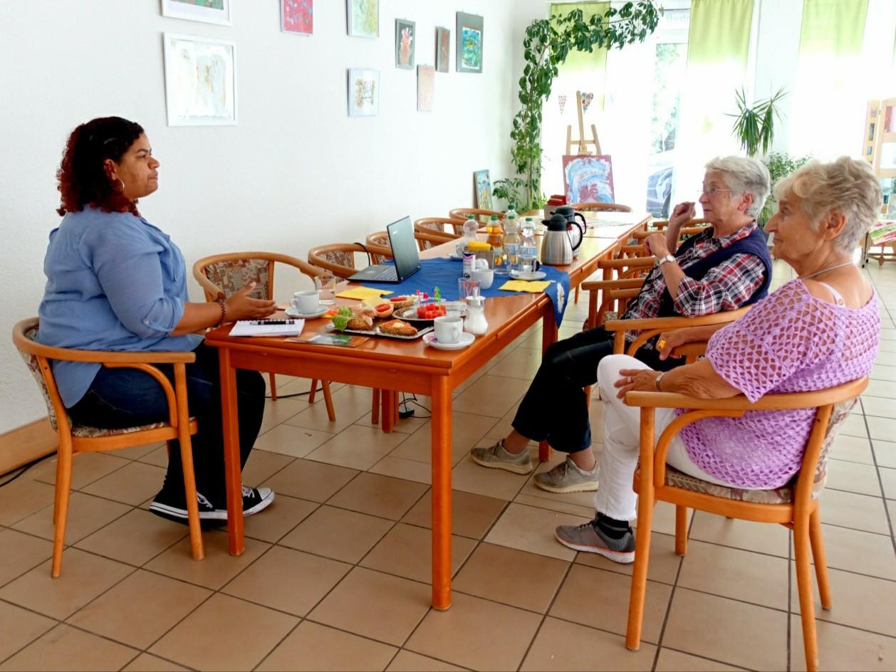 Projektbesuch im Leuchtturm Projekt in Lingen. Zwei Teilnemerinnen und eine Projektleitung erzählen von den Projekten.