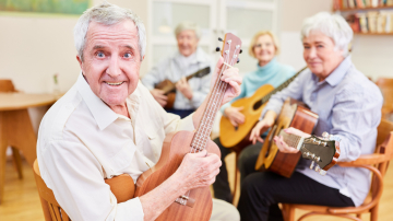 Ältere Personen im Gitarrenunterricht