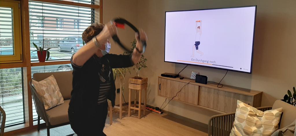 Frau spielt Sportspiel auf Konsole