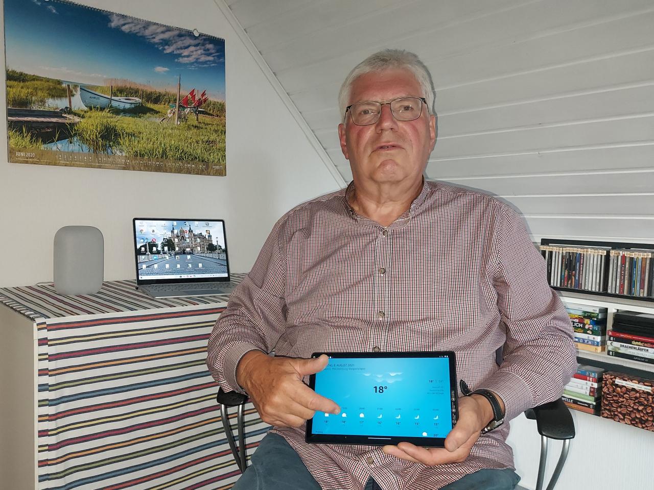 Mann präsentiert Smart Speaker mit BIldschirm